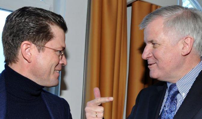 Seehofer will Guttenberg in die Politik zurückholen (Foto)