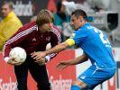 Seltener Ballbesitz für Nürnberg: Trainer Michael Oenning enthält Hoffenheims Salihovic den Ball vor (Foto)