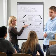 Zur dualen Berufsausbildung gehören oft auch firmeninterne Seminare.