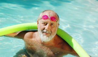 Senioren lernen schwimmen (Foto)