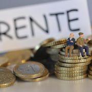 Senioren sollten regelmäßig ihre Versicherungen prüfen, damit für den Ruhestand genügend Geld übrig bleibt.