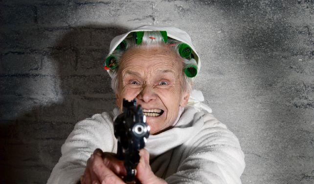 Seniorin zerkratzt Lack (Foto)