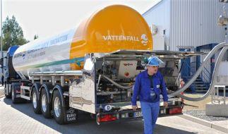 Servictechniker befüllen einen Tankwagen mit flüssigem Kohlendioxid. (Foto)