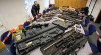 """Sichergestellte Waffen von """"Reichsbürgern"""" zeigt im Polizeipräsidium in Wuppertal Polizeipressesprecher Stefan Weiand. (Archivbild) (Foto)"""