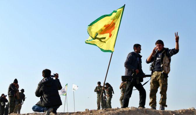 Siegespose in Kobane: Vor einem Jahr feierten Kurdische Truppen dort den Sieg gegen den IS. Nun soll die Terrormiliz auch in Syrien und dem Irak an Boden verlieren. (Foto)