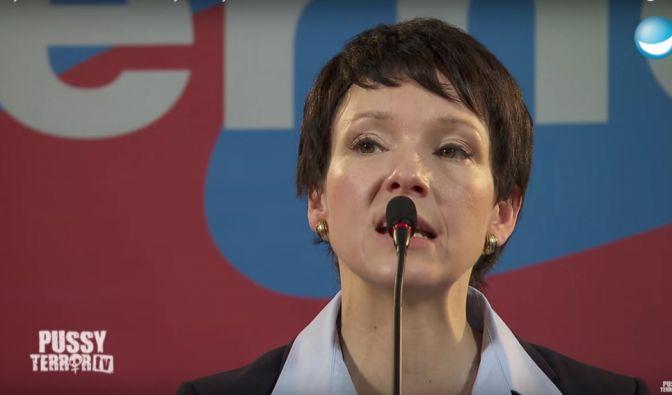 """Sieht der AfD-Chefin Frauke Petry zum Verwechseln ähnlich: Carolin Kebekus kürte die Politikerin in ihrer Sendung """"Pussy Terror TV"""" zur """"Pussy des Monats"""". (Foto)"""