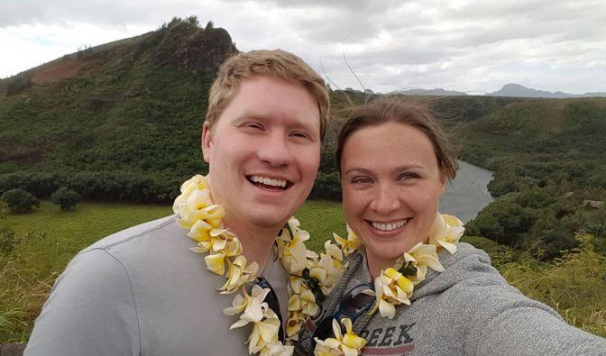 Sind mittlerweile verheiratet: Janina Reimann (rechts) und ihr Mann Coleman. Die Trauung fand auf Hawaii statt.