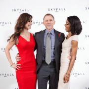 Da lacht das Agentenherz: Daniel Craig mit seinen Skyfall-Kolleginnen Bérénice Marlohe (links) und Naomie Harris.