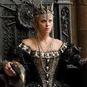 Hollywood-Schönheit Charlize Theron gibt in Snow White  the Huntsman die böse Königin, die Schneewittchen nach dem Leben trachtet.