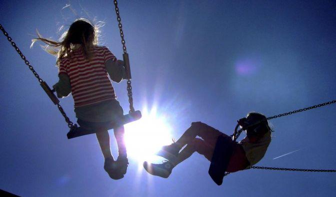 So könnten Kinder heute am Oberrhein schaukeln gehen: Dort wird es heiter mit bis zu 17 Grad. (Foto)