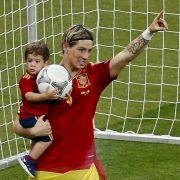 Söhnchen Leo hat den Ball und er den Goldenen Schuh: Spaniens EM-Torschützenkönig Fernando Torres.