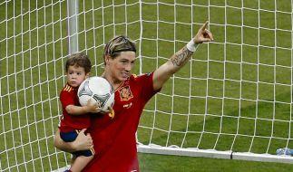 Söhnchen Leo hat den Ball und er den Goldenen Schuh: Spaniens EM-Torschützenkönig Fernando Torres. (Foto)