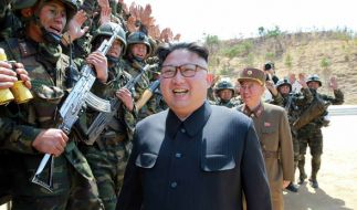 Soldaten in Nordkorea begrüße Staatschef Kim Jong Un bei einem militärischen Wettbewerb. (Foto)