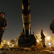 Soldaten beobachten auf einem Panzer die angespannte Lage in Kairo.