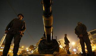 Soldaten beobachten auf einem Panzer die angespannte Lage in Kairo. (Foto)