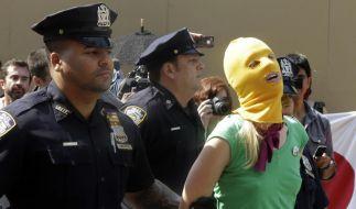 Solidarität für Pussy Riot auch in den USA: Polizisten führen eine Demonstrantin ab. (Foto)