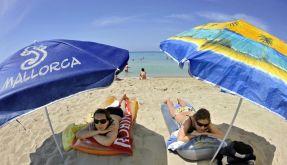 Sonne tanken am Strand - mit Last-Minute-Angeboten kommen Urlauber schnell und günstig in die Ferien. (Foto)