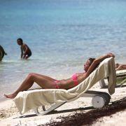 Sonnenbaden auf den Malediven - knackige Aussichten inklusive.