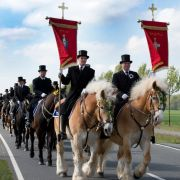 Sorbische Osterreiter in traditioneller Tracht.