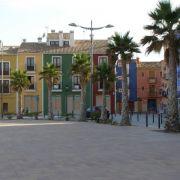 Calpe ist für zwei Dinge berühmt: Schokolade von Valor und bunte Hausfassaden an der Strandpromenade.