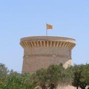 Der Wachturm Torre de la Illeta-El Campello ist das Wahrzeichen der Küstenstadt El Campello.