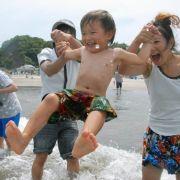 Spaß am Strand: Eltern und ihr Sohn baden im Pazifik bei Iwaki, dem ersten wiedereröfneten Strand nach dem Super-Gau.