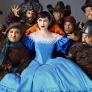 Scheewittchen (Lily Collins) und ihre starken Männer - die sieben Zwerge.