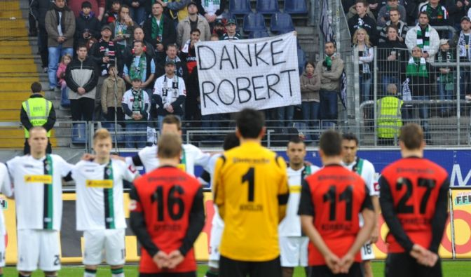 Spiel eins nach dem Tod von Robert Enke (Foto)