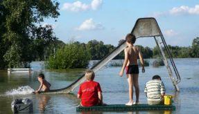 Spielende Kinder im Wasser: Die Mehrheit der Pädophilen traut sich nicht so weit heran. Die meisten  (Foto)
