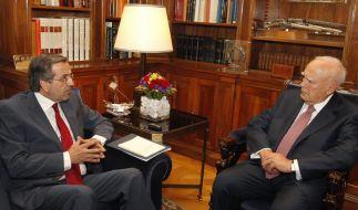Staatspräsident Karolos Papoulis (rechts) erteilte dem Chef der Konservativen Partei Nea Dimokratia, Antonis Samaras, das Mandat zur Sondierung von Koalitionsmöglichkeiten. (Foto)