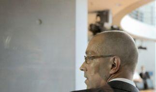 Staatssekretär Jörg Asmussen auf dem Weg ins Kreuzverhör. (Foto)
