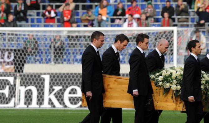 Stadion voller Trauer:Anrührender Abschied von Enke (Foto)