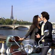 Für Romantiker immer einen lohnendes Ziel: Paris. Der Eiffelturm und die Brücken an der Seine sind beliebte Plätze.