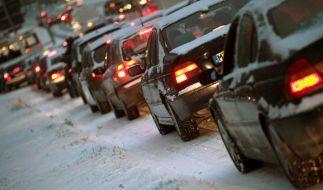 Stau auf verschneiten Straßen (Foto)