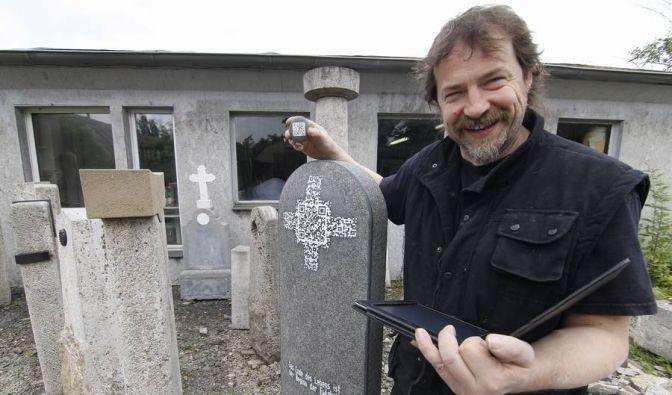 Steinmetz Andreas Rosenkranz hat als erster ein Quick-Response-Zeichen in einen Grabstein gemeißelt. (Foto)