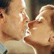Vic Allen (Jean-Louis Trintignant) und Melanie (Isabelle Huppert) in Stille Wasser.