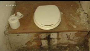 Stilles Örtchen mit Grusel-Effekt: Das düstere Plumpsklo bei Einsatz in 4 Wänden. (Foto)