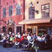In Gamla stan befinden sich zahlreiche Restaurants, Bars und Cafés wie Chokladkoppen.