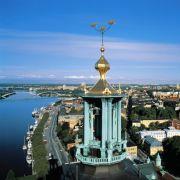 Den Turm des Stadthauses ziert das schwedische Wappen: die drei goldenen Kronen.