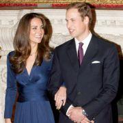 Stolz präsentiert Kate Middleton den Verlobungsring, den William ihr an den Finger steckte. Der blaue Saphir-Ring gehörte der Mutter des Prinzen. Prinzessin Diana bekam das 300.000 Pfund-Schmuckstück zu ihrer eigenen Verlobung geschenkt.