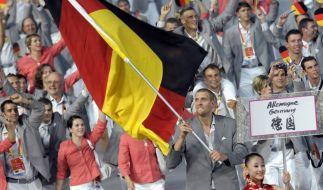 Stolzer und beeindruckter Fahnenträger 2008: Basketball-Hüne Dirk Nowitzki. (Foto)