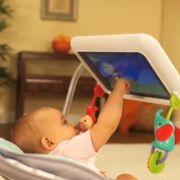 Strahlend beobachtet die Mutter ihr Kind beim Spielen auf dem iPad.