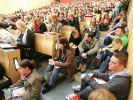 Studenten in einem überfüllten Hörsaal (Foto)