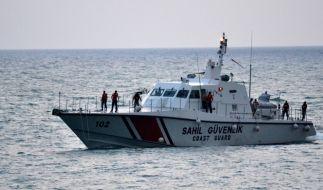 Stumpf abgeschossen: Ein türkisches Küstenrettungsboot sucht nach dem Abschuss durch syrische Truppen die zwei Piloten. (Foto)