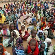 Heimatlose Kinder im Kalma-Camp im Süden Darfurs (Archivfoto). Auch die Bevölkerung des Sudan leidet unter ethnischen Konflikten.