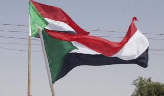 Sudanese boys wave the national flag during a celebration of Sudan's separation from South Sudan in  (Foto)