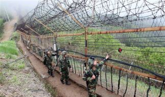 Südkoreanische Soldaten überprüfen die Grenzbefestigung entlang der demilitarisierten Zone zwischen  (Foto)