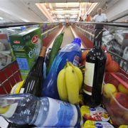 In großen Supermärkten landen oft mehr Produkte im Einkaufswagen als man eigentlich wollte.