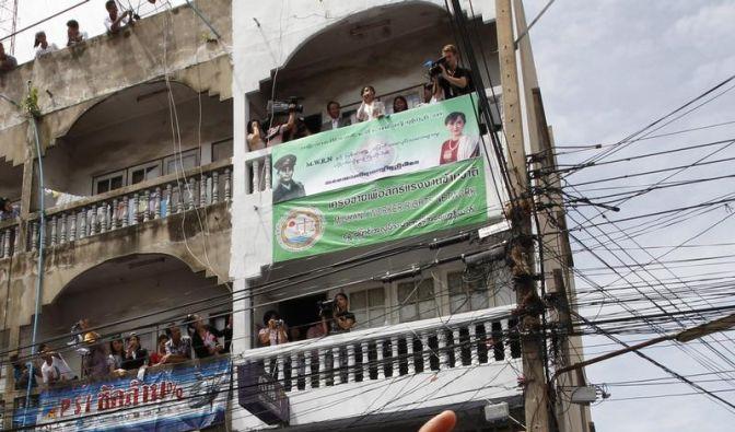 Suu Kyi bei erster Auslandsreise stürmisch begrüßt (Foto)