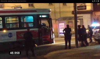 Szene aus dem Video aus Kanada: Polizisten exukutierten dort einen Teenager mit neun Schüssen. (Foto)